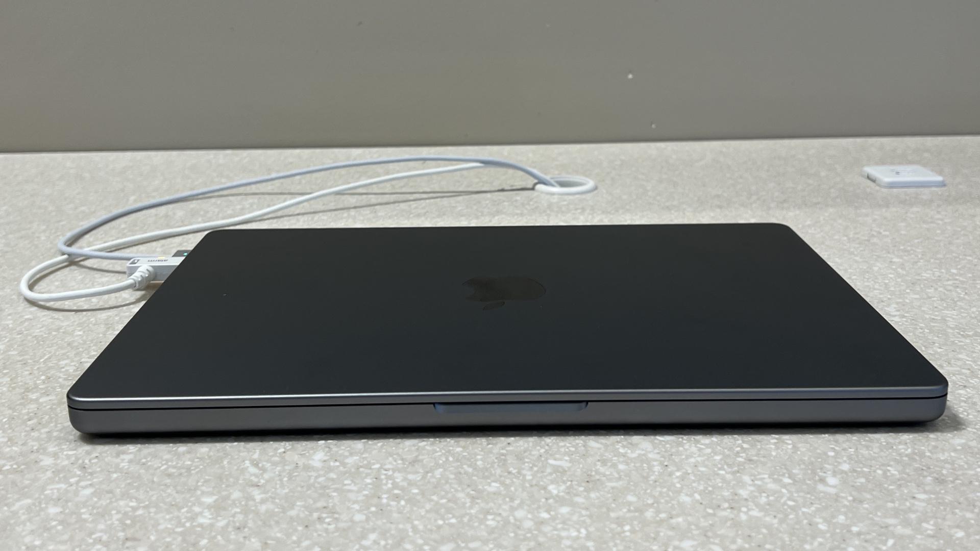 14 inch macbook pro closed