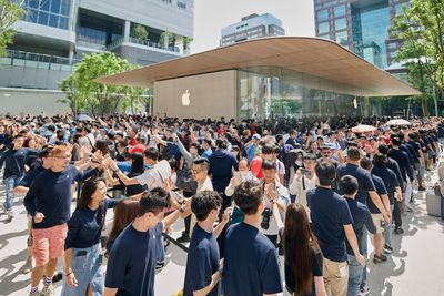 Apple Xinyi A13 Outside Thousands Customers 061519
