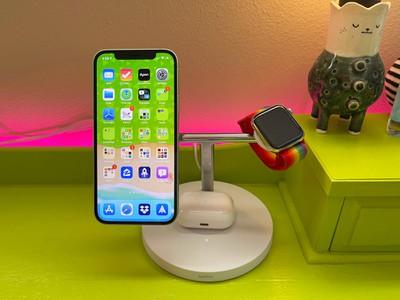 belkin charger di atas meja