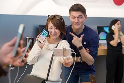 iphonex launch tokyo customer selfiestick 20171102