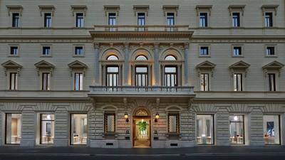 Apple Via Del Corso opens in Rome exterior building 052721
