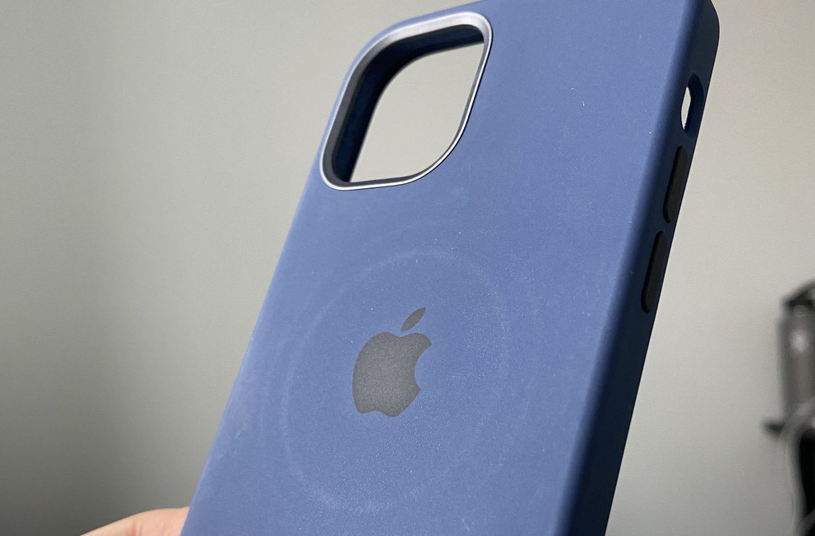 photo of Apple Warns MagSafe Charger Can Leave Circular Imprints on Leather Cases image