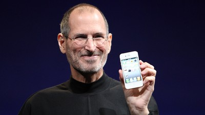 steve jobs holding iphone 4