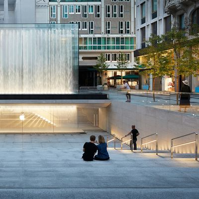 Apple Piazza Liberty piazza center steps 07242018