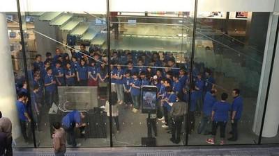 102218 ipad 2 china launch staff 500