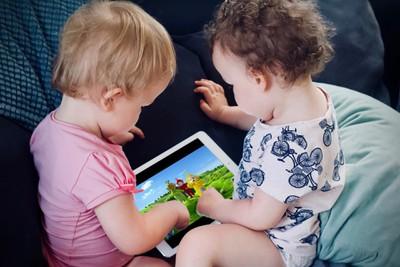 ipad kids playing