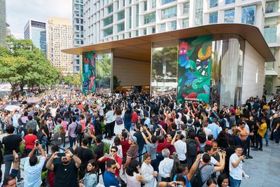 Apple Antara store opening exterior crowd 092719