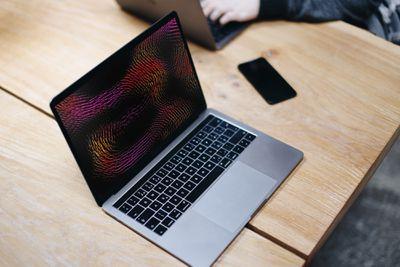 macbook pro screensaver table
