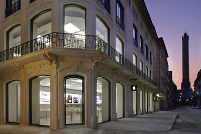 Via Rizzoli Apple Store