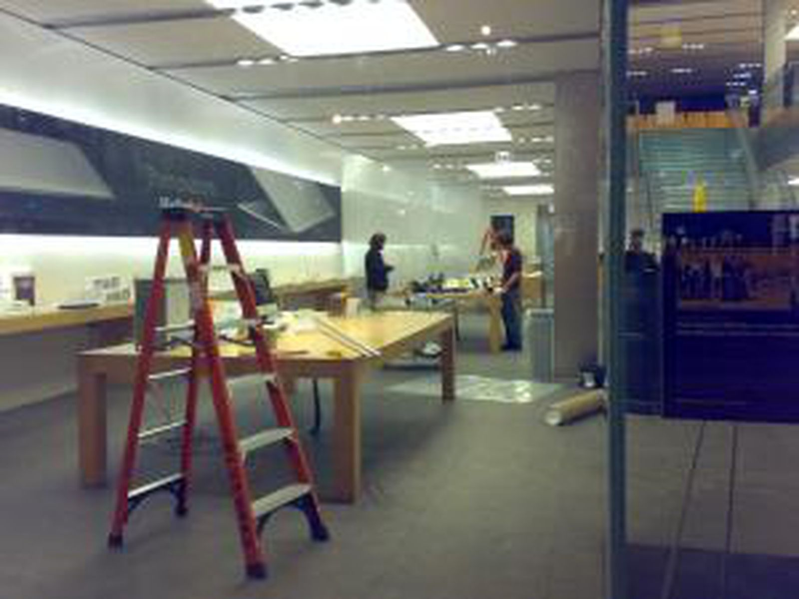 MacBook Airs On Display at Apple Stores, Disassembly ...