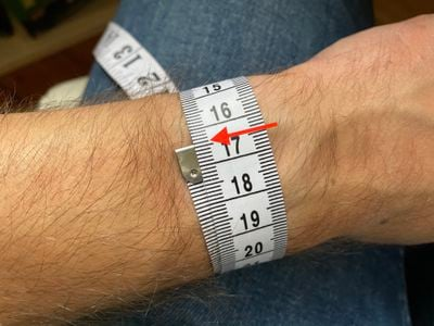 tape measure apple watch solo loop band sizing